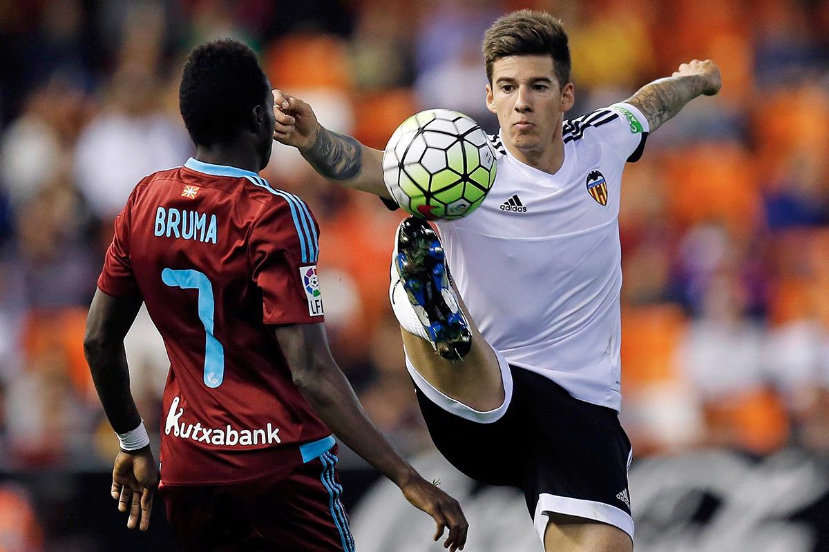 Santi Mina controls the ball