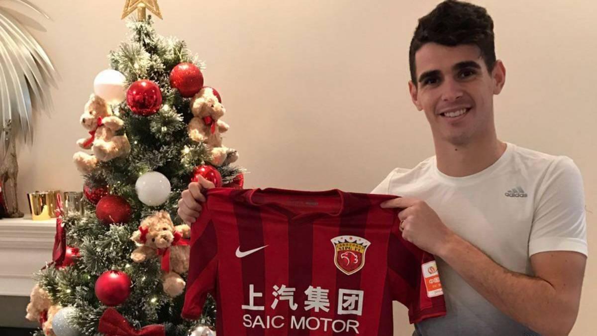 Oscar poses with Tianjin TEDA shirt