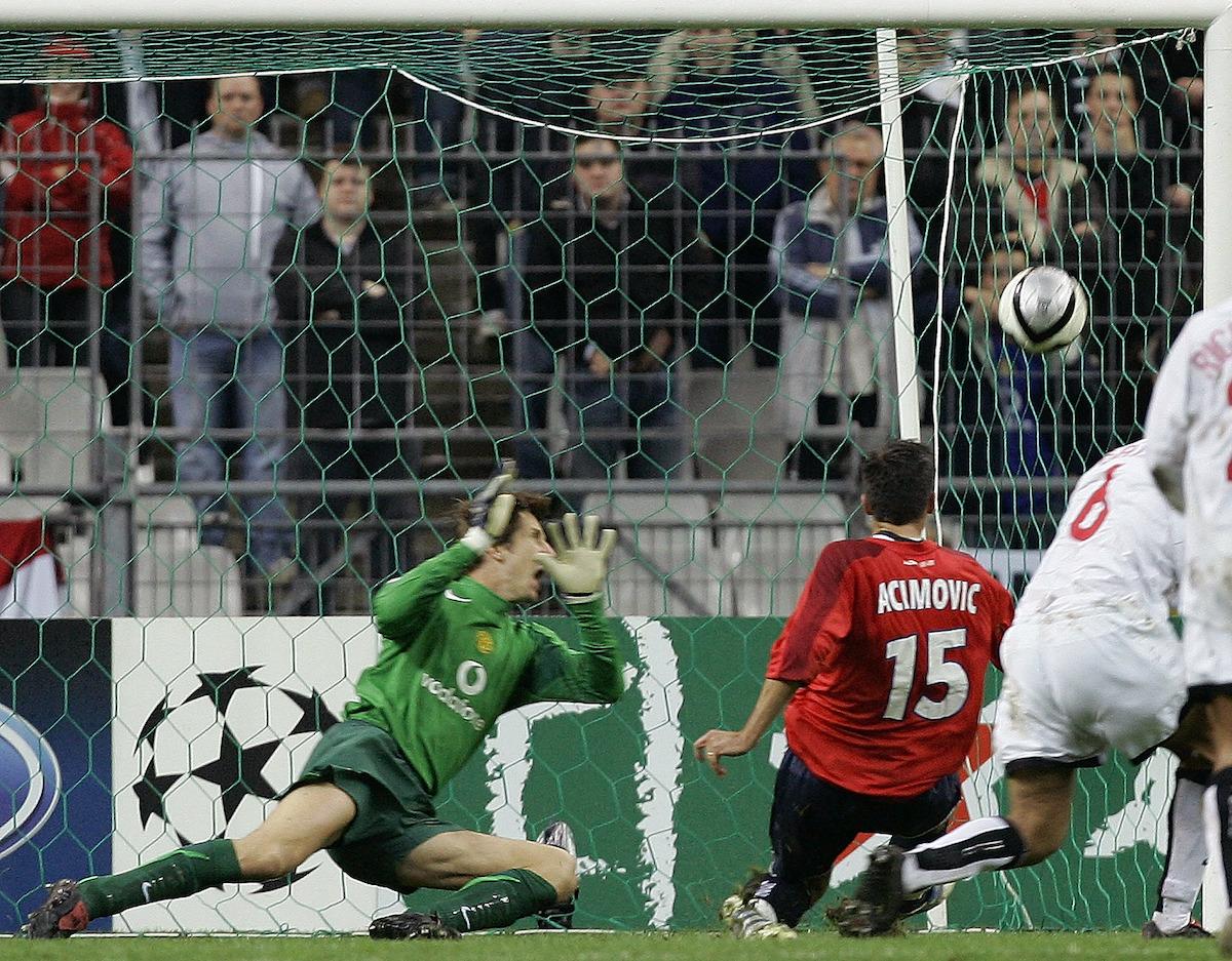 Milenko Acimovic scoring against Manchester United at the Stade de France.